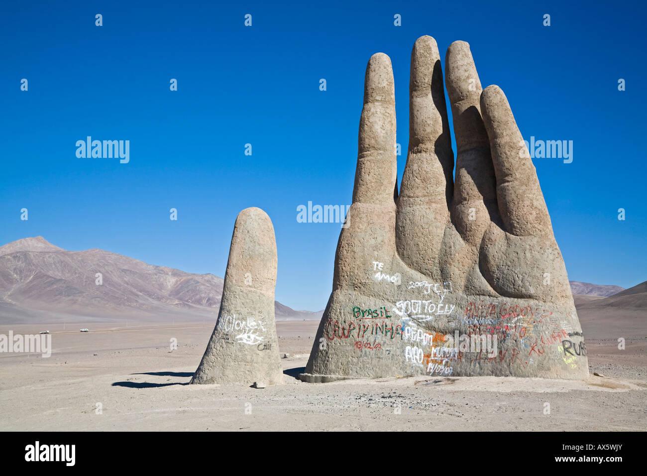 Mano del Desierto è una grande scultura di una mano, il Deserto di Atacama, Cile, Sud America Immagini Stock