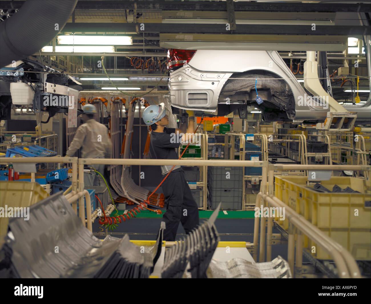 Lavoratori in fabbrica la produzione di ibridi Toyota Prius cars il lavoro sulla linea di montaggio a Toyota City Immagini Stock