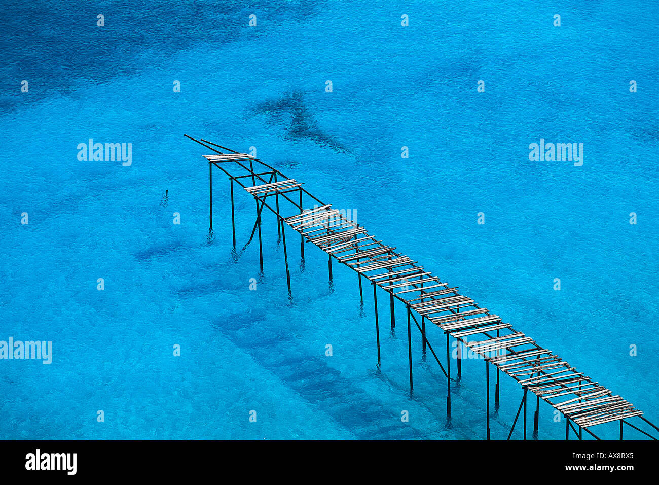 Rotto il pontile in legno vicino a Porticello, Isola di Lipari, Isole Eolie, Italia Foto Stock