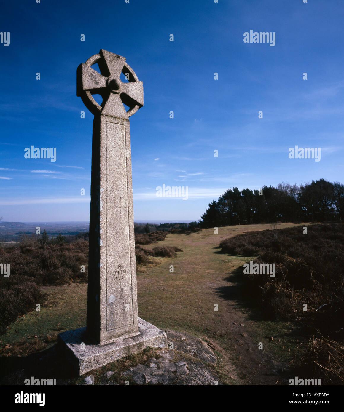 Un granito Celtic croce sulla cima della collina di patibolo. Immagini Stock