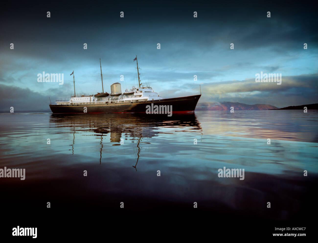 HMY Britannia al largo della costa occidentale della Scozia sul suo ultimo viaggio intorno al Regno Unito poco prima di pagare off nel 1997 Immagini Stock