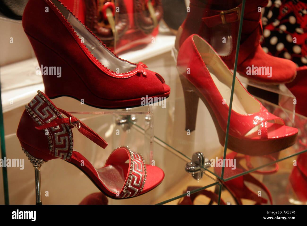 19e73b6646f44 Miami Beach Florida Lincoln Road Mall Shopping red shoes finestra moda  display Immagini Stock