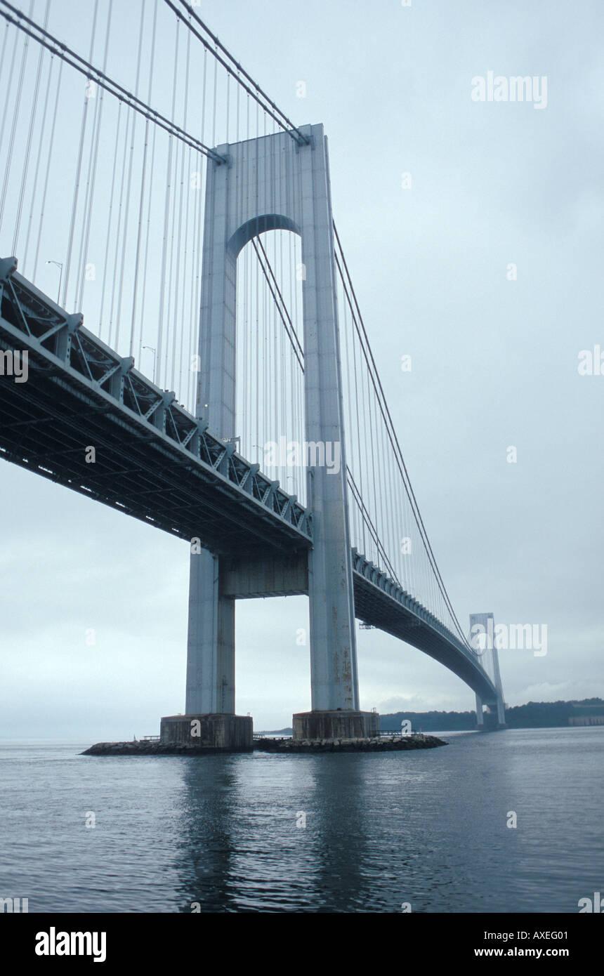 Un Nuvoloso Giorno grigio sul Verrazano Narrows Bridge Foto Stock