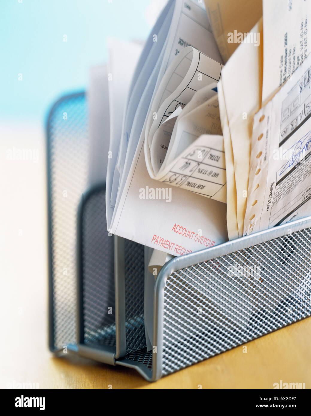 Desk bollette delle finanze home office a causa del pagamento del debito documenti organizzati in ritardo carta di credito pagare le fatture conto conti Deposito Immagini Stock