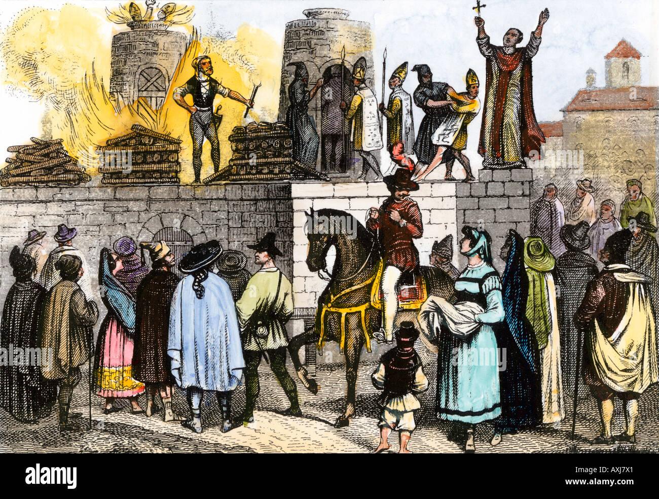 Esecuzione pubblica di vescovi cattolici romani durante l'inquisizione spagnola. Colorate a mano l'incisione Immagini Stock