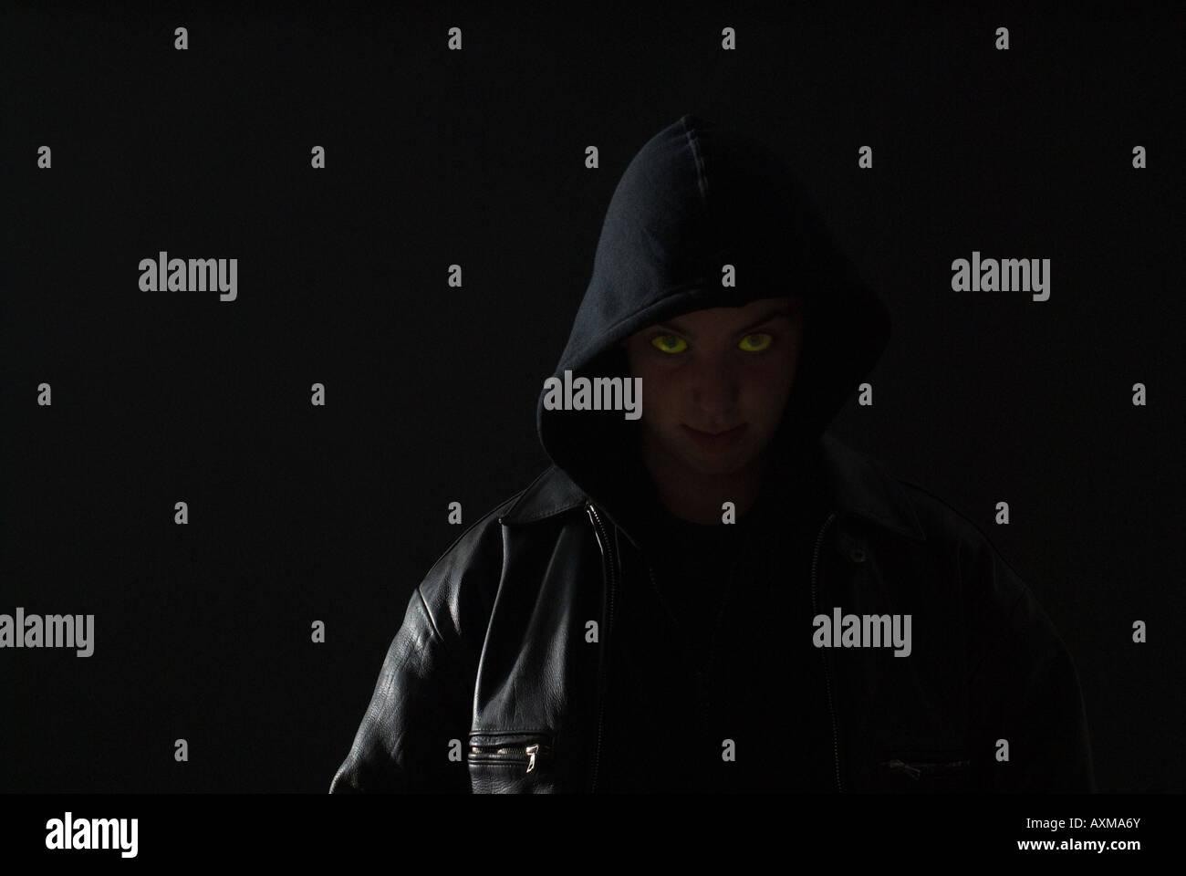 Il male teenage thug incandescente con gli occhi verdi Immagini Stock