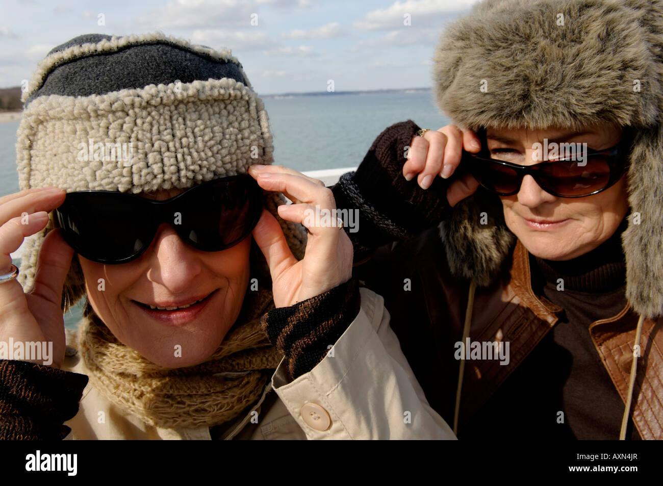 Pelliccia Indossando Due Donne Cappelli Ritratto Mature Di E qZIYYw