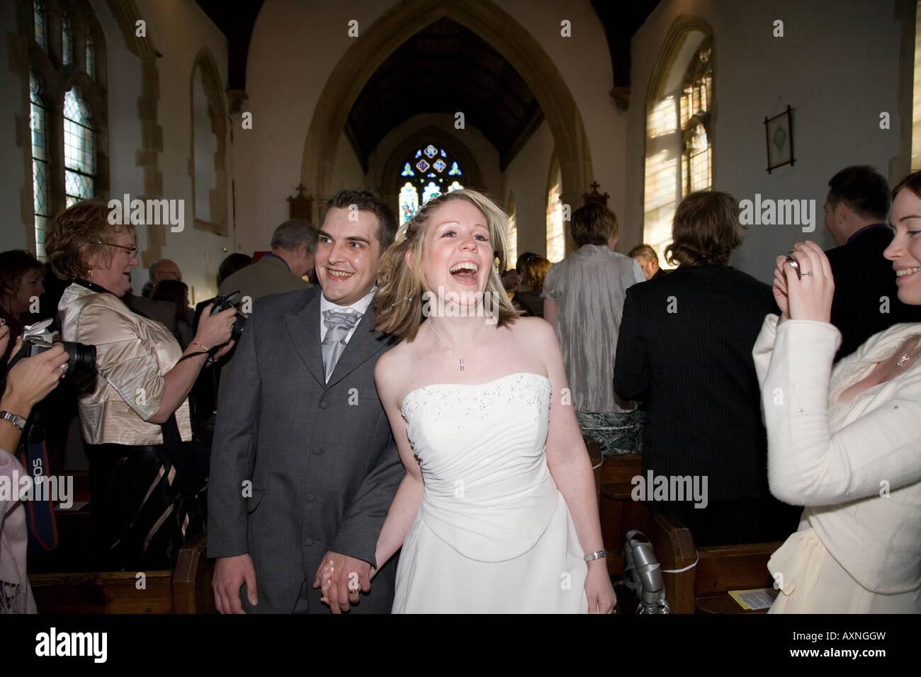 Lungo Il Corridoio In Inglese : Coppia felice camminare lungo il corridoio di inglese chiesa