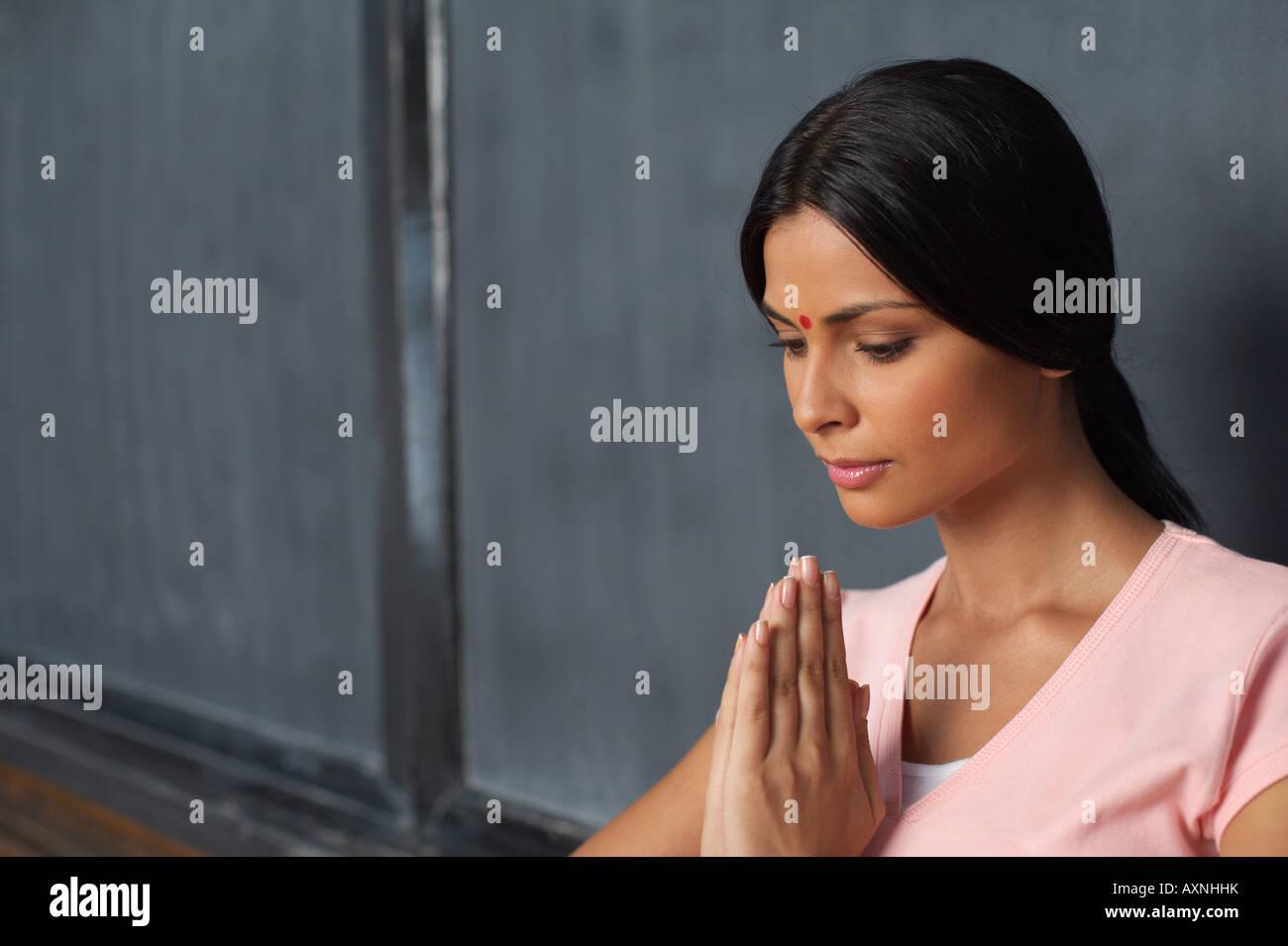 Donna indiana con le mani giunte di fronte a una lavagna Immagini Stock