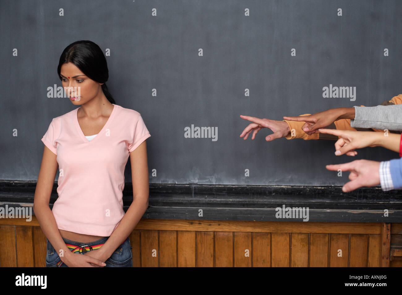 Quattro mani puntando verso un Indiano giovane donna Immagini Stock