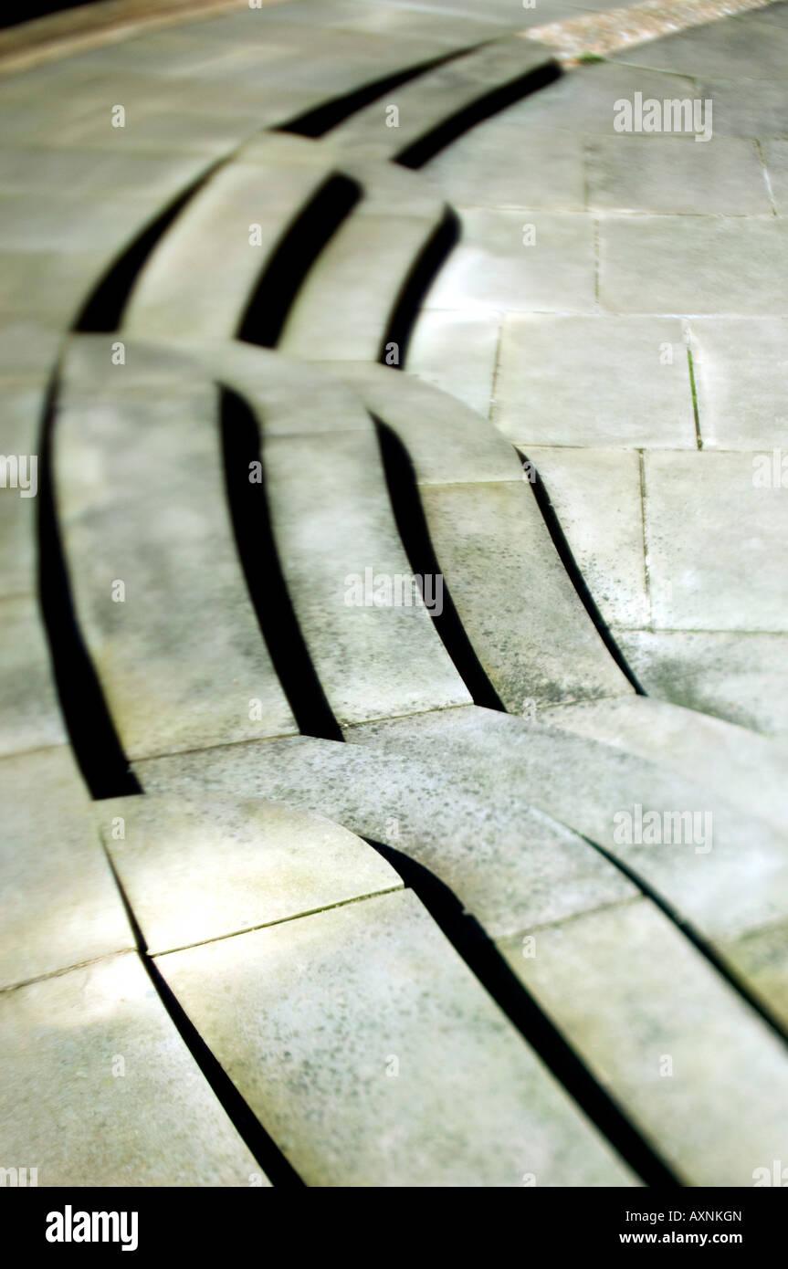 Inclinazione e sistema di spostamento delle lenti di pietra grigia di spazzamento passi a Cambridge college campus Immagini Stock