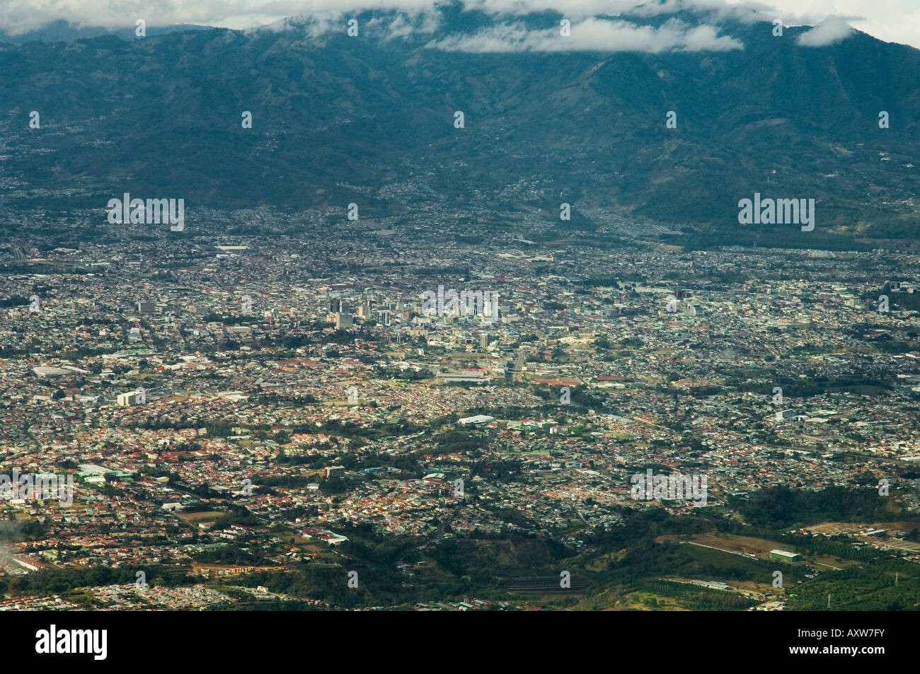 Avvicinando San Jose dall'aria, Costa Rica Immagini Stock
