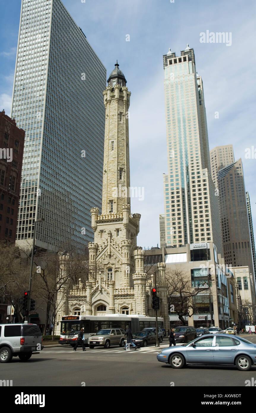 La storica torre dell'acqua, vicino il John Hancock Center di Chicago, Illinois, Stati Uniti d'America Immagini Stock
