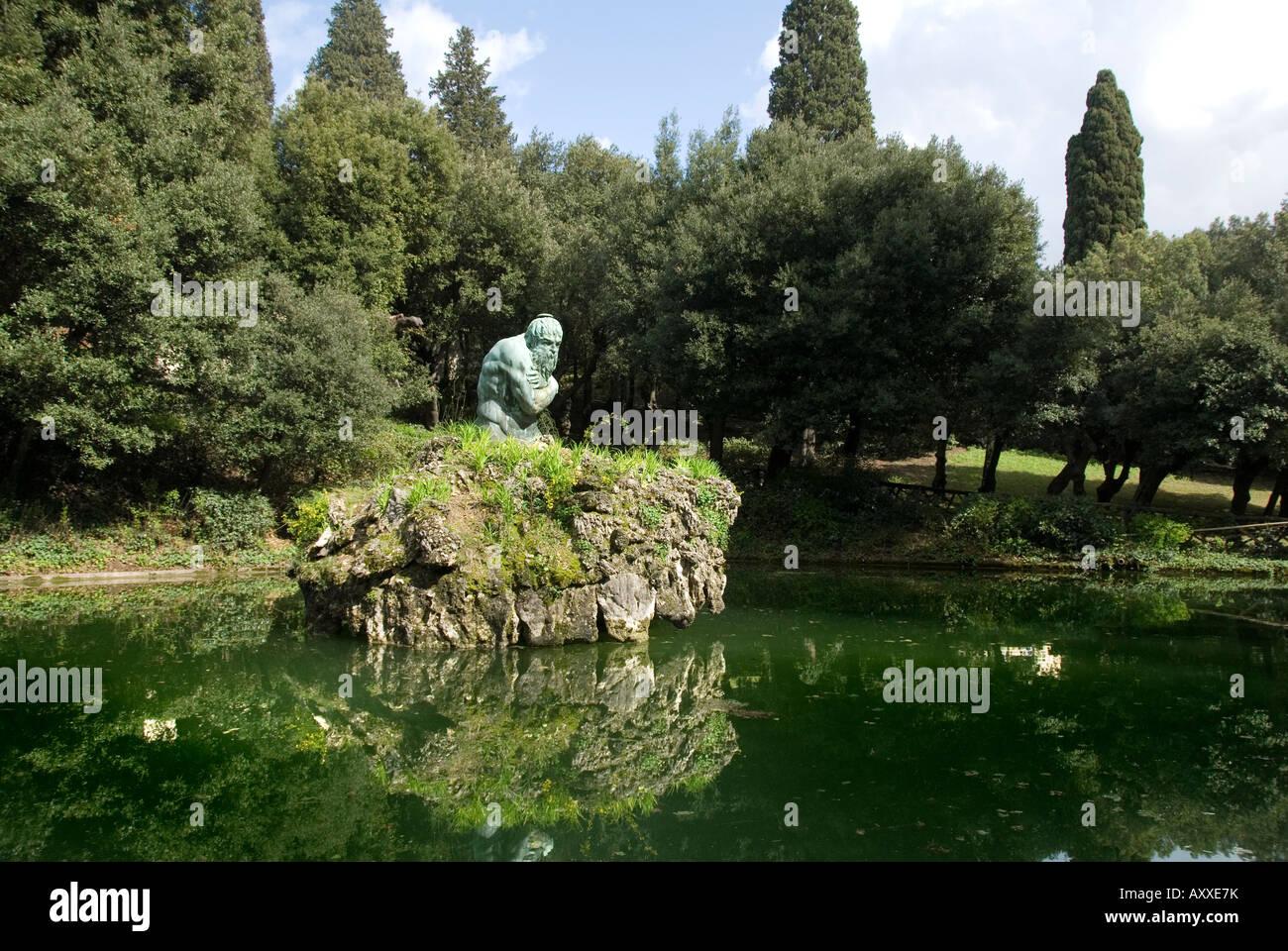Statua di gennaio o in inverno (inverno) da Ammanati nel giardino superiore della Villa Medicea di Castello,Toscana Immagini Stock