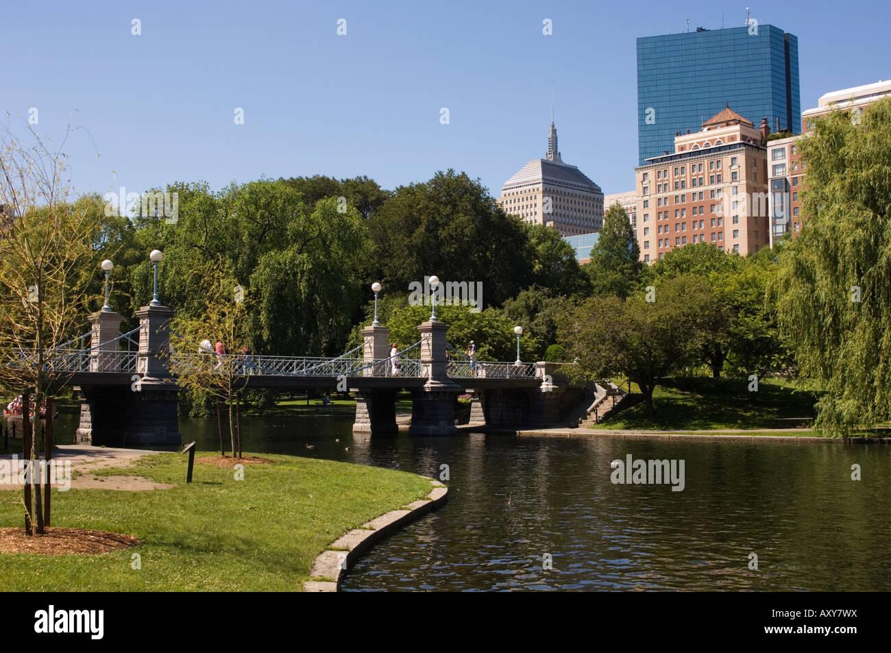 Il ponte sulla laguna nel giardino pubblico di Boston, Massachusetts, STATI UNITI D'AMERICA Foto Stock