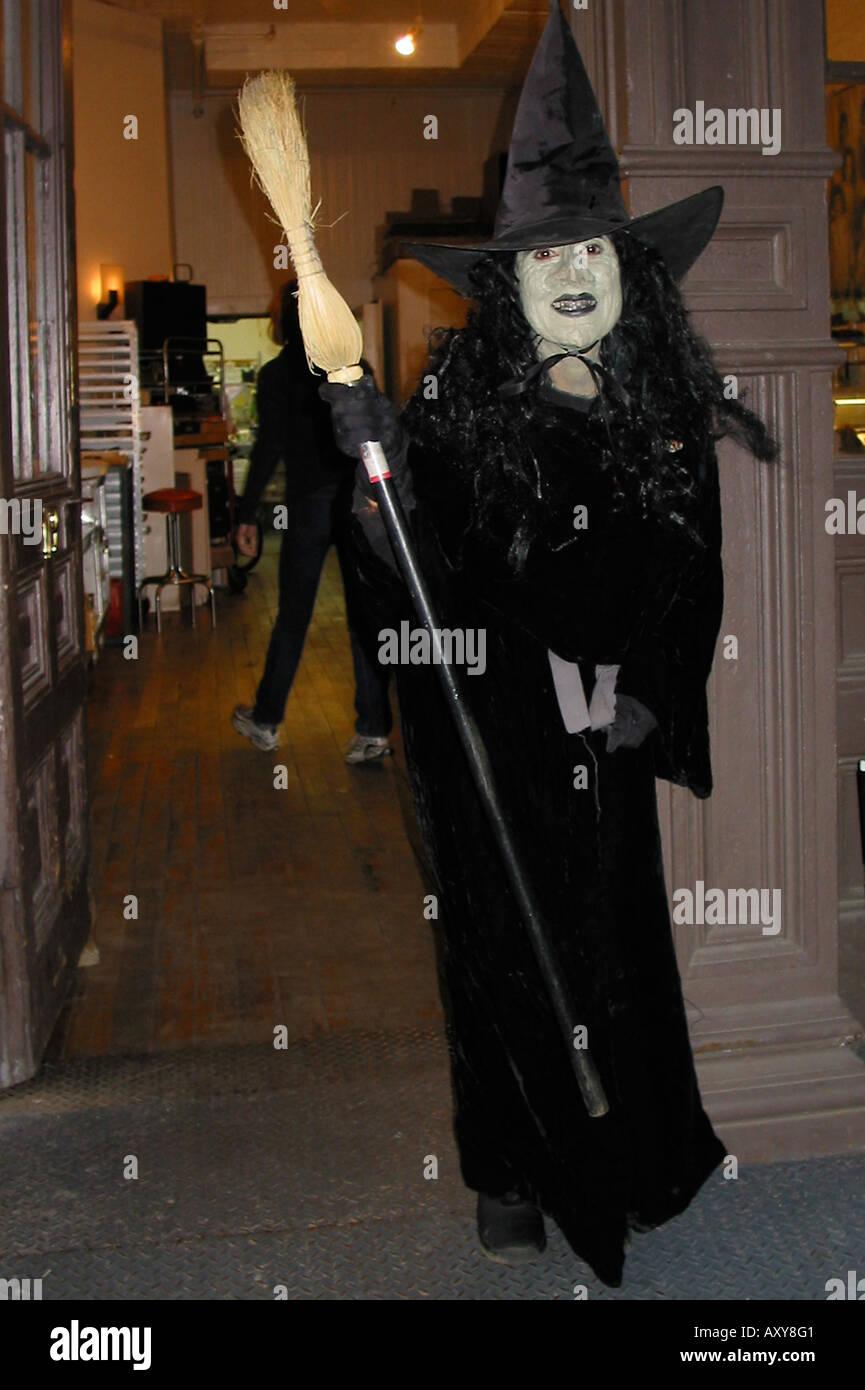 La donna in una strega costume per Halloween Immagini Stock