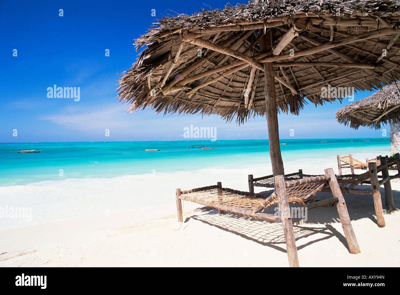 Ombrellone in spiaggia che si affaccia sull'Oceano Indiano, Jambiani beach, isola di Zanzibar, Tanzania, Africa Immagini Stock