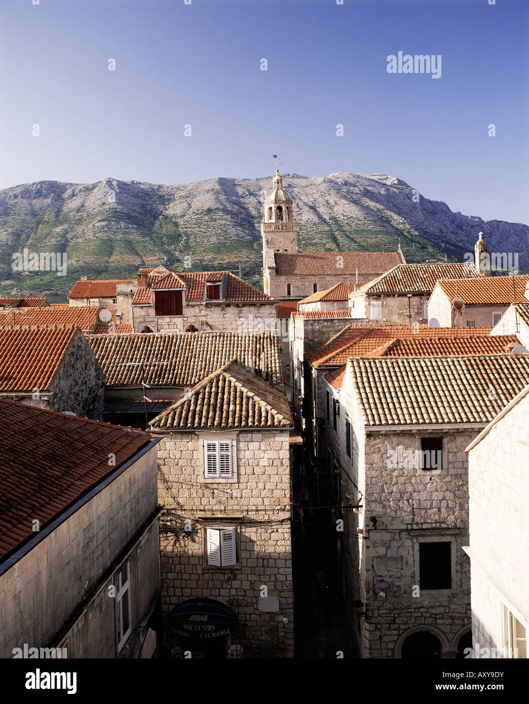 Vista in elevazione della città di Korcula cercando in tutta la penisola di Peljesac, Isola di Korcula, Dalmazia, Immagini Stock