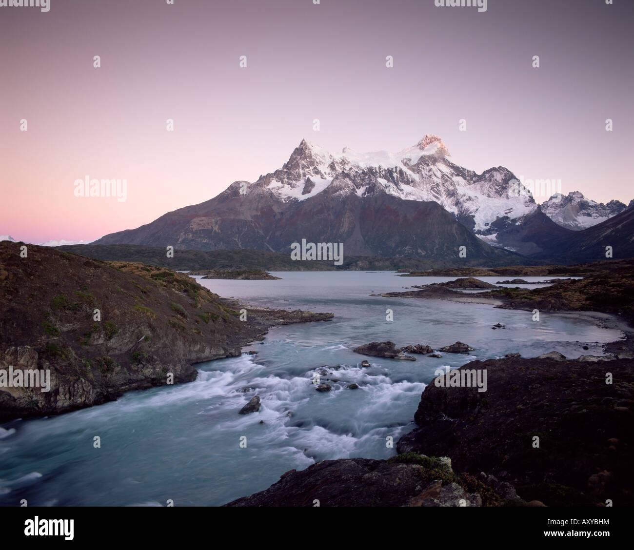 Cuernos del Paine salendo al di sopra di Salto Grande, Parco Nazionale Torres del Paine, Patagonia, Cile, Sud America Immagini Stock