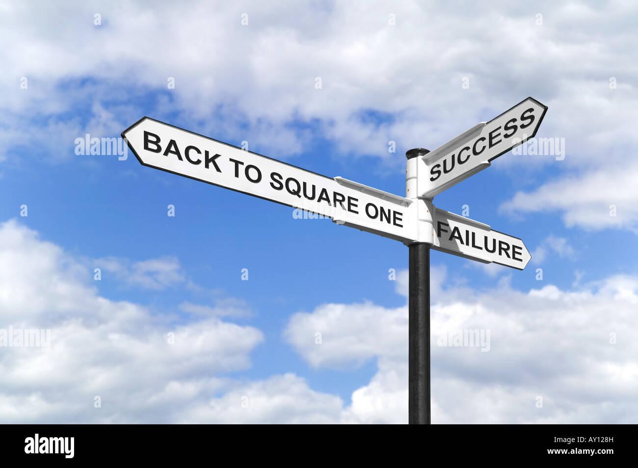 Concetto di immagine di un cartello con il retro di uno quadrato del successo e del fallimento contro un blu cielo Immagini Stock