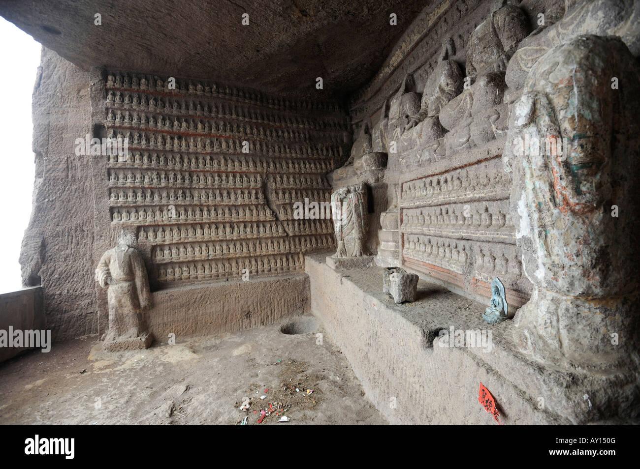 Tutti a sinistra senza capi, antichi migliaia di immagini di Buddha sono state danneggiate durante la Rivoluzione Immagini Stock