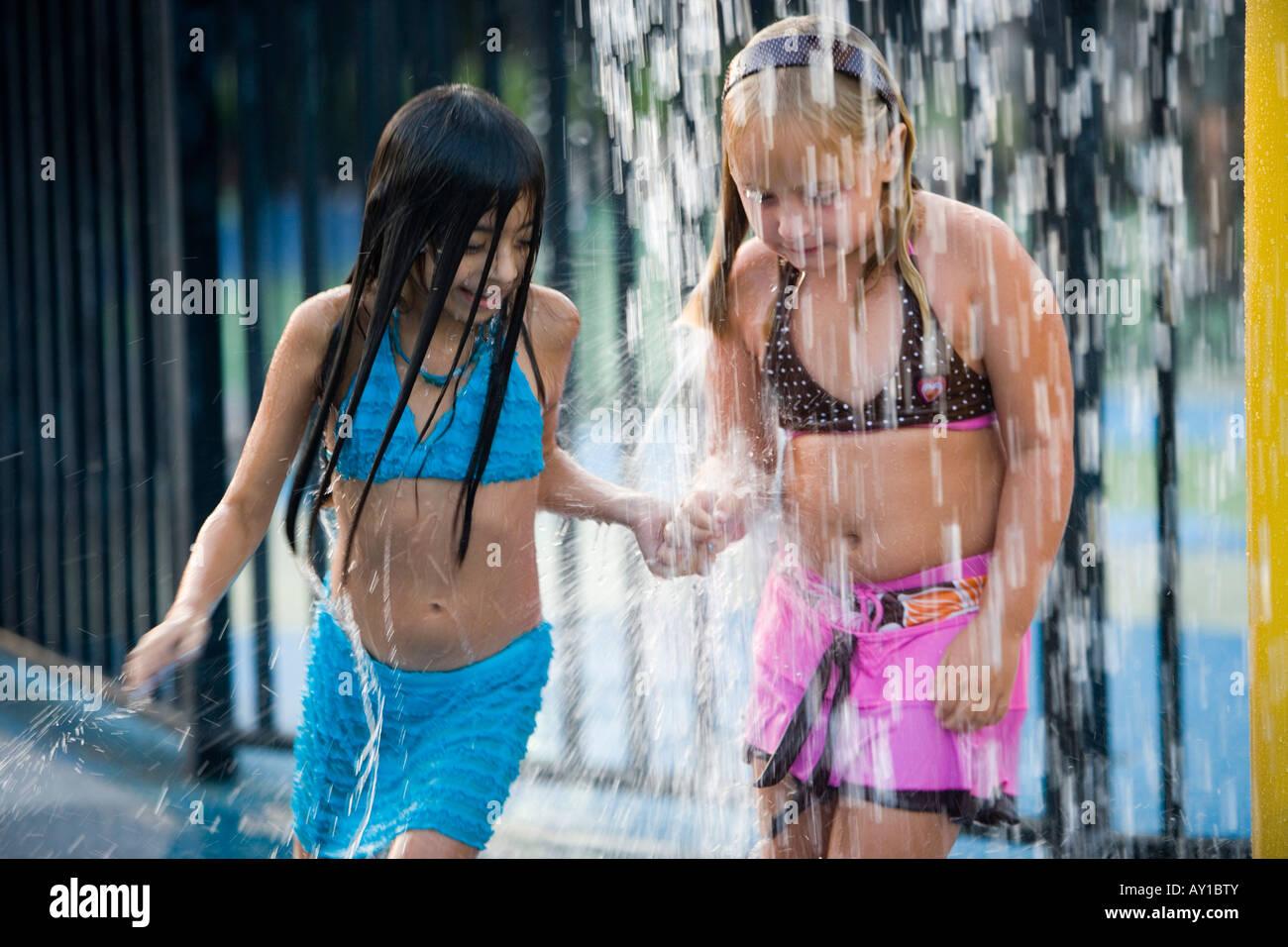 ragazze sotto la doccia