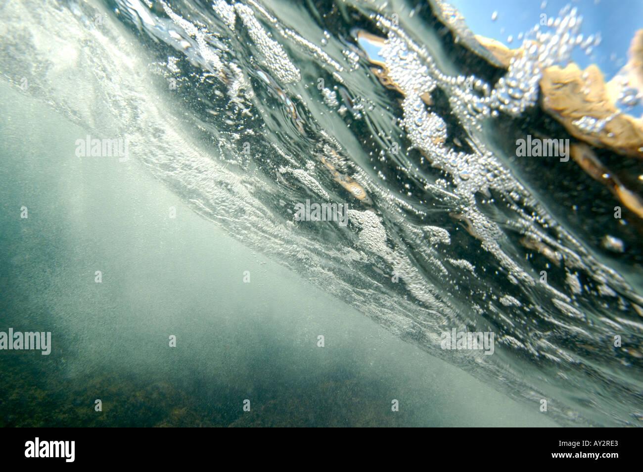 Le bolle sotto il mare in prossimità della superficie Foto Stock