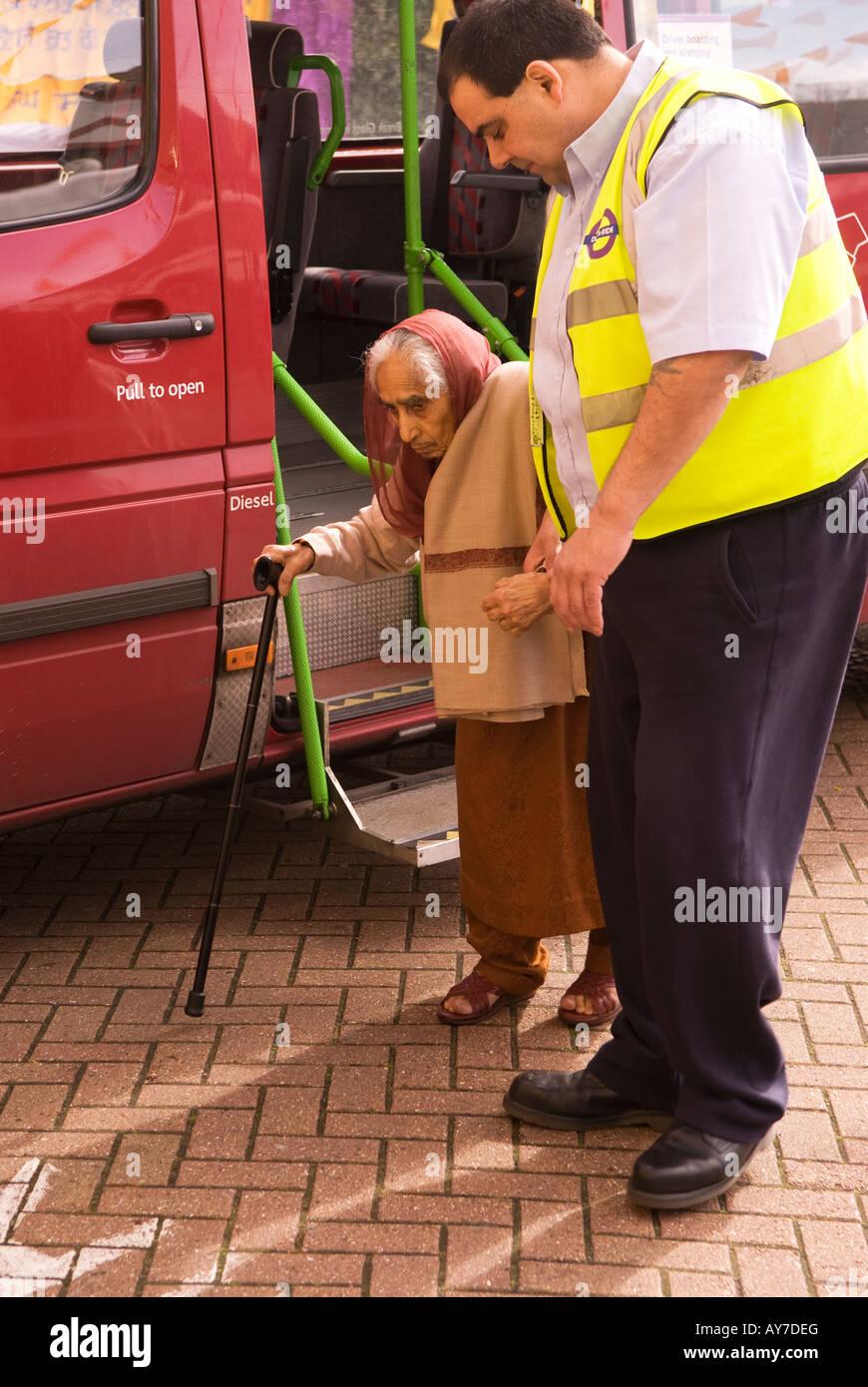 Comporre il numero di un driver di corsa ad assistere anziani disabili donna asiatica di Gurdwara Sikh o il tempio, Immagini Stock