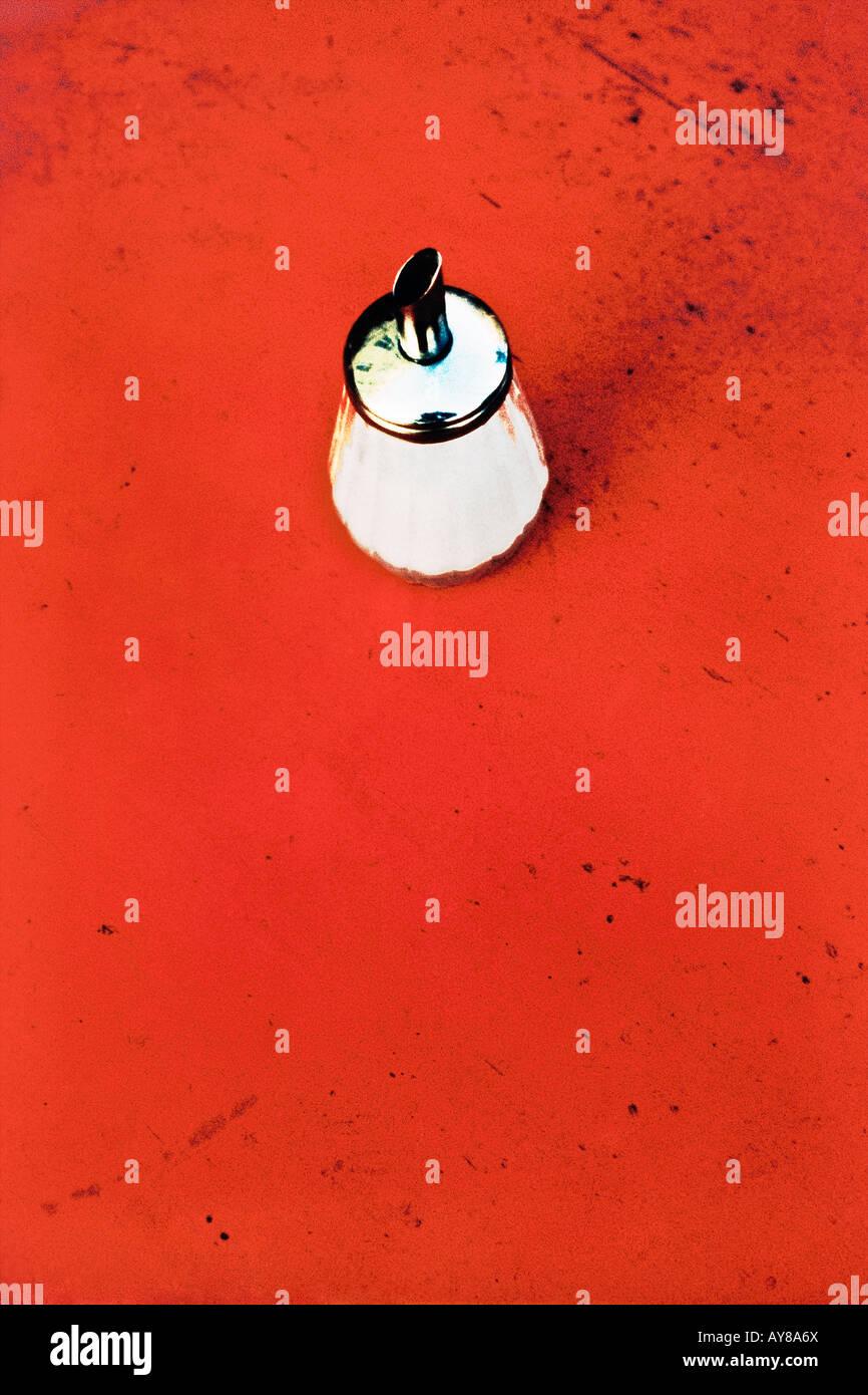 Agitatore di zucchero sulla tabella rossa ad alto angolo di visione Immagini Stock