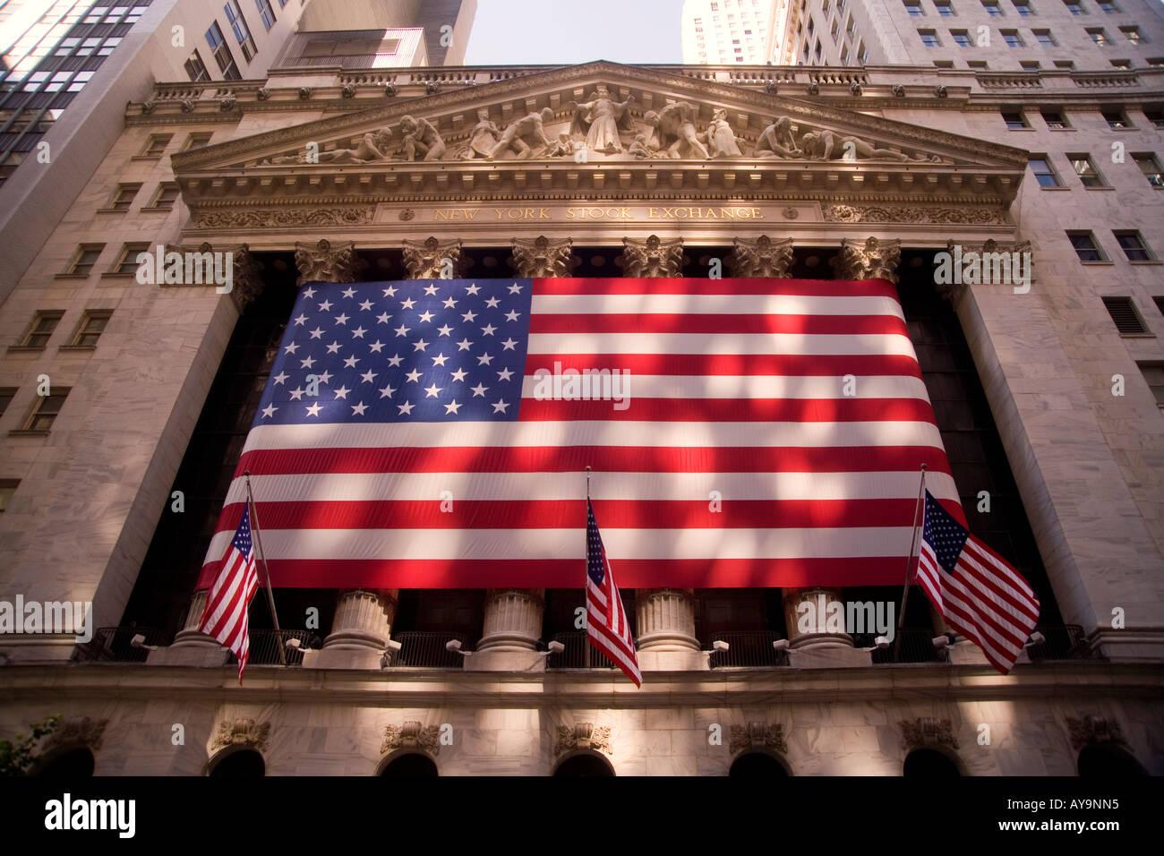 Un enorme bandiera americana decora il Revival Greco facciata di ...