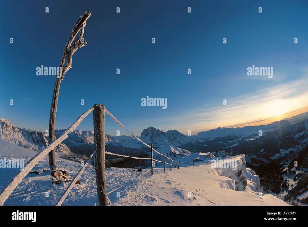 Marcatore di recinzione sul bordo skislope, Passo di Gardena, Selva di Val Gardena, Italia Immagini Stock