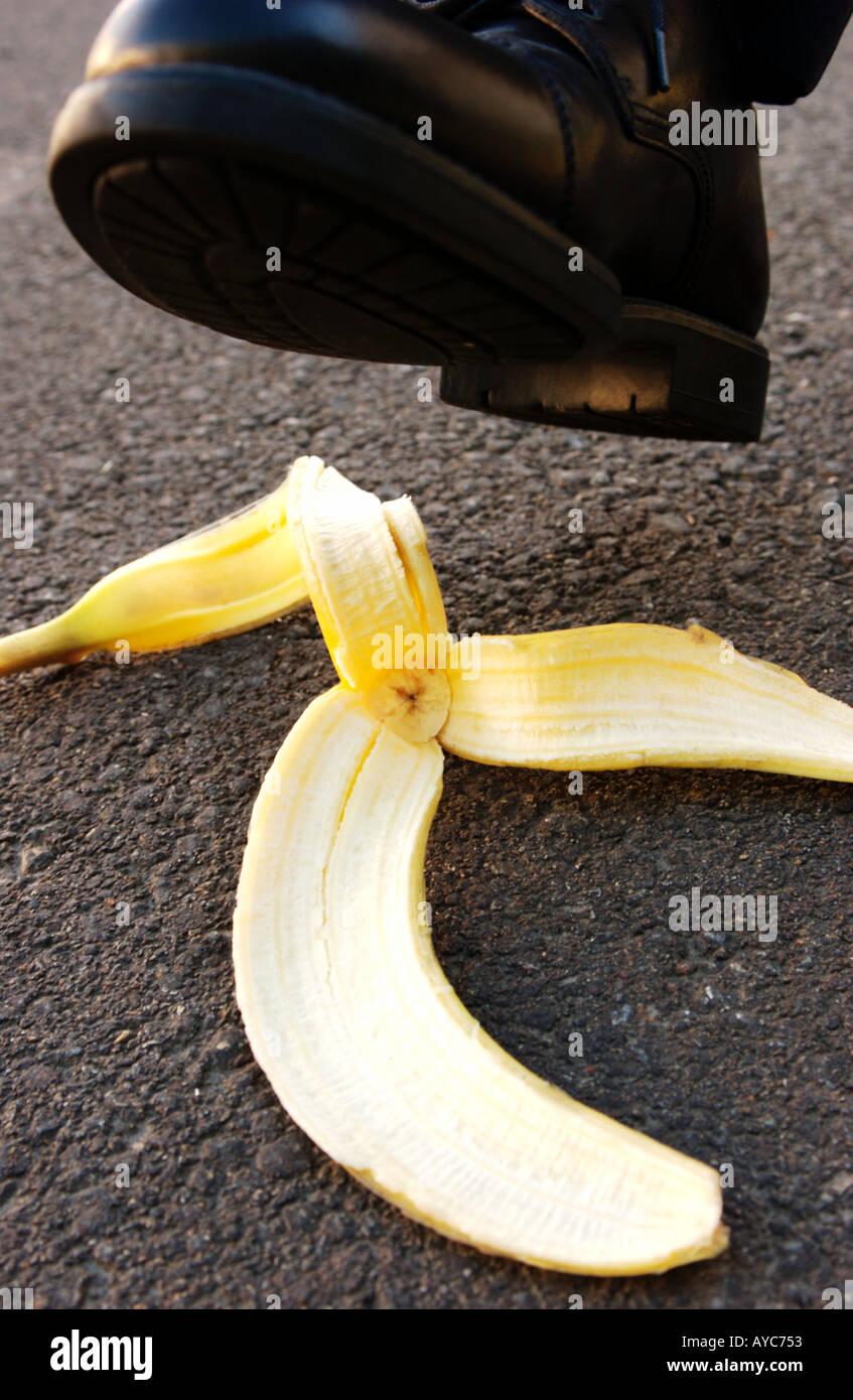 Piede attorno al passaggio su una buccia di banana Immagini Stock