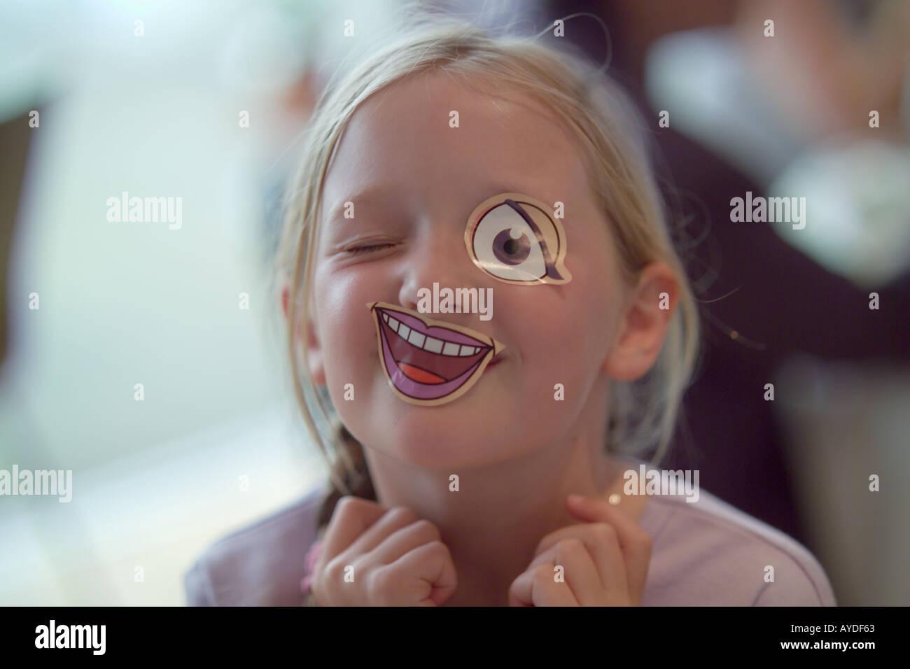 7 anno vecchia ragazza con bastone sulla bocca e degli occhi Immagini Stock