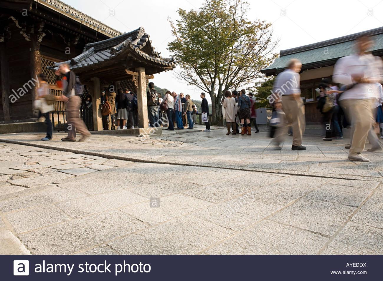 I turisti al tempio Immagini Stock
