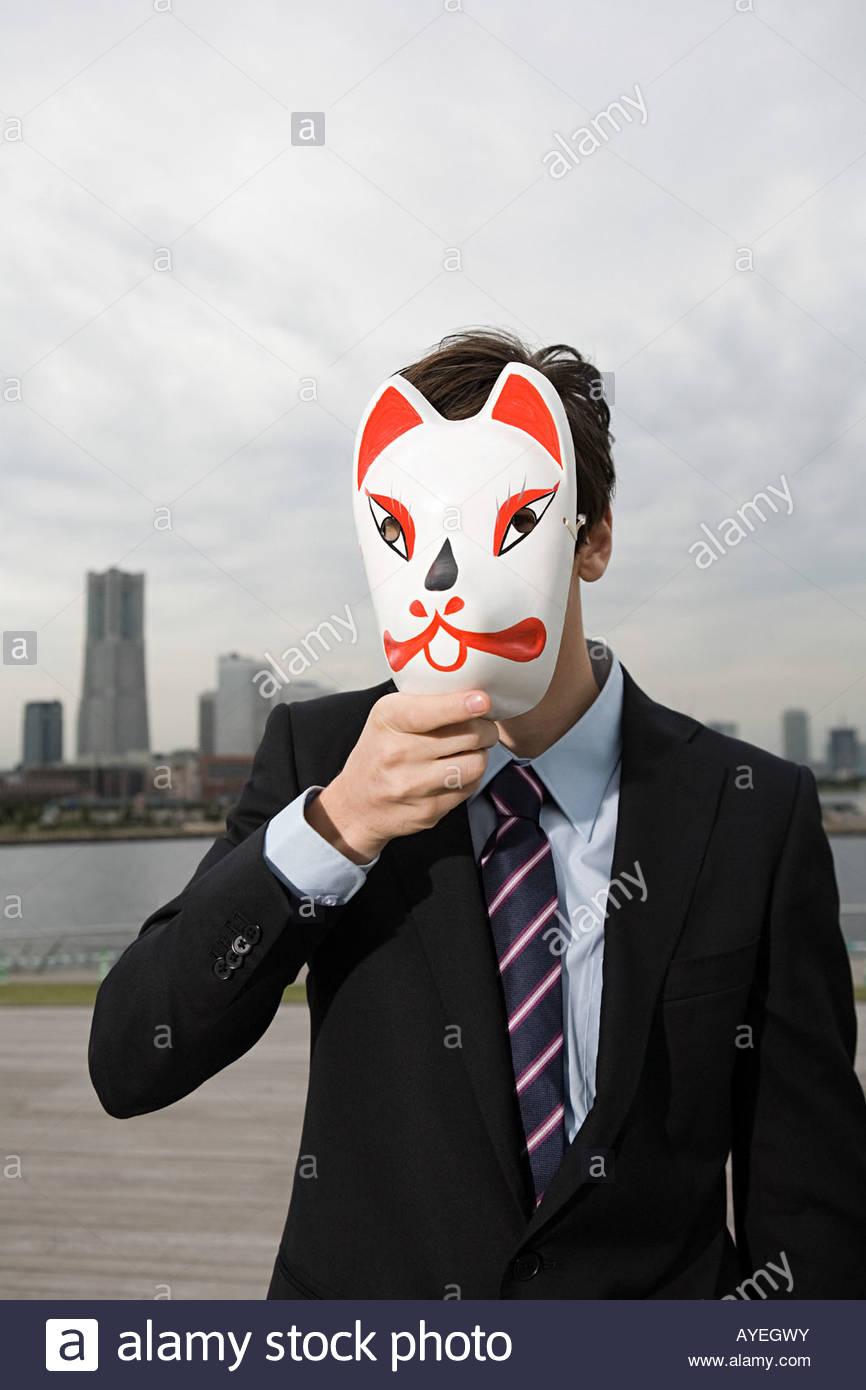 Ritratto di un imprenditore waering una maschera di gatto Immagini Stock