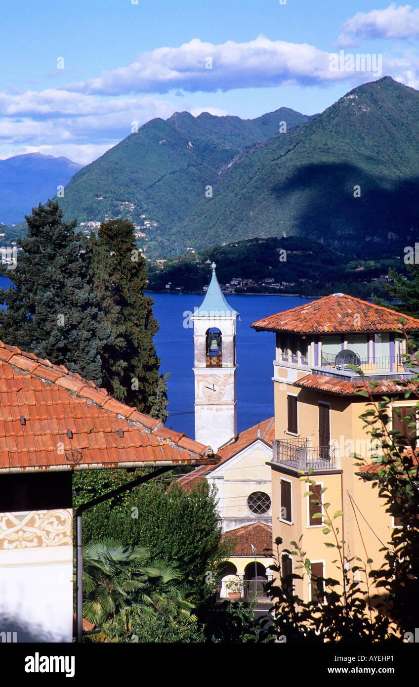 Stile Liberty degli edifici e del Collegio Rosmini di Stresa con vista del Lago Maggiore Immagini Stock