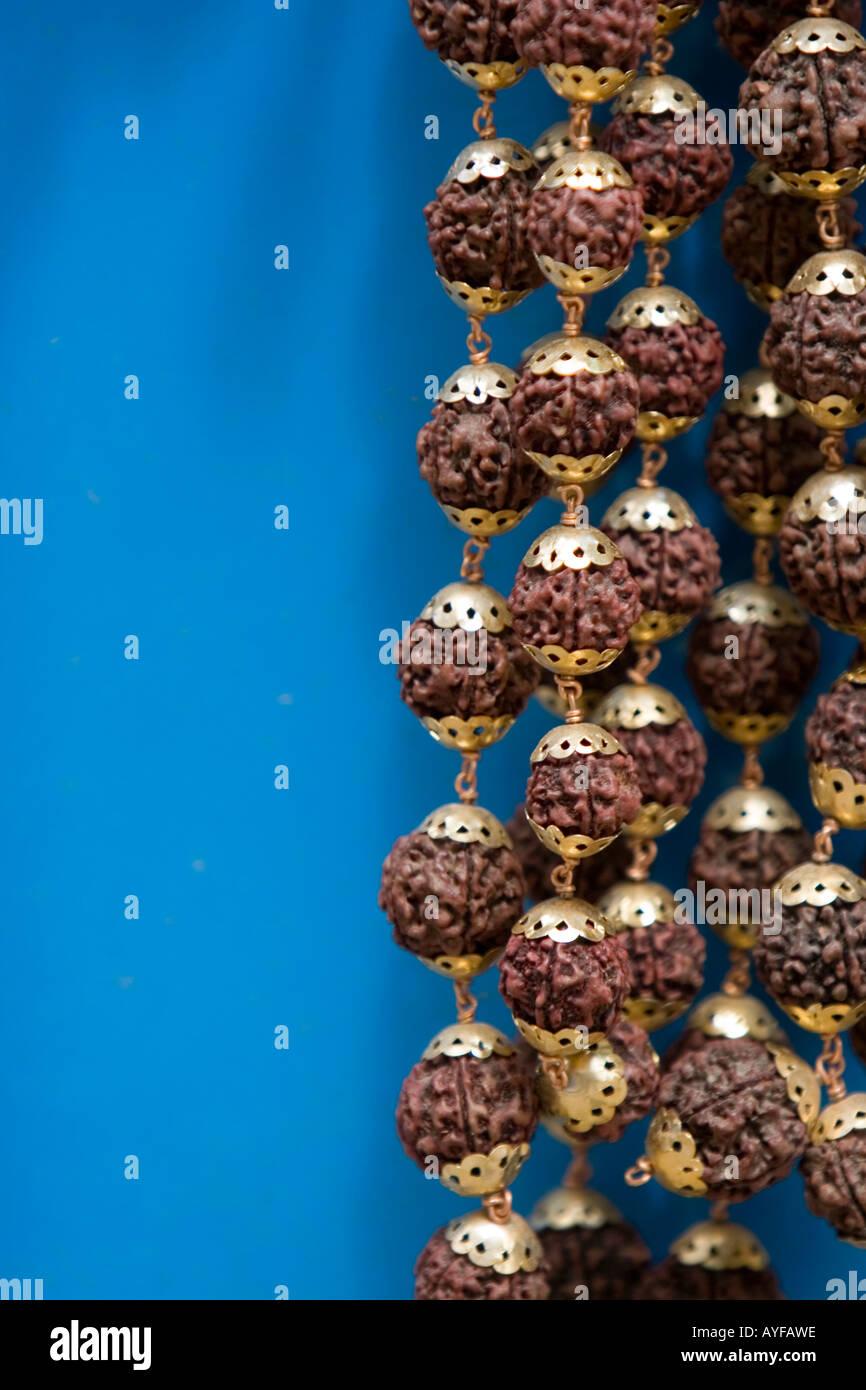Close-up di japamala rudrasksha preghiera talloni contro sfondo blu Foto Stock