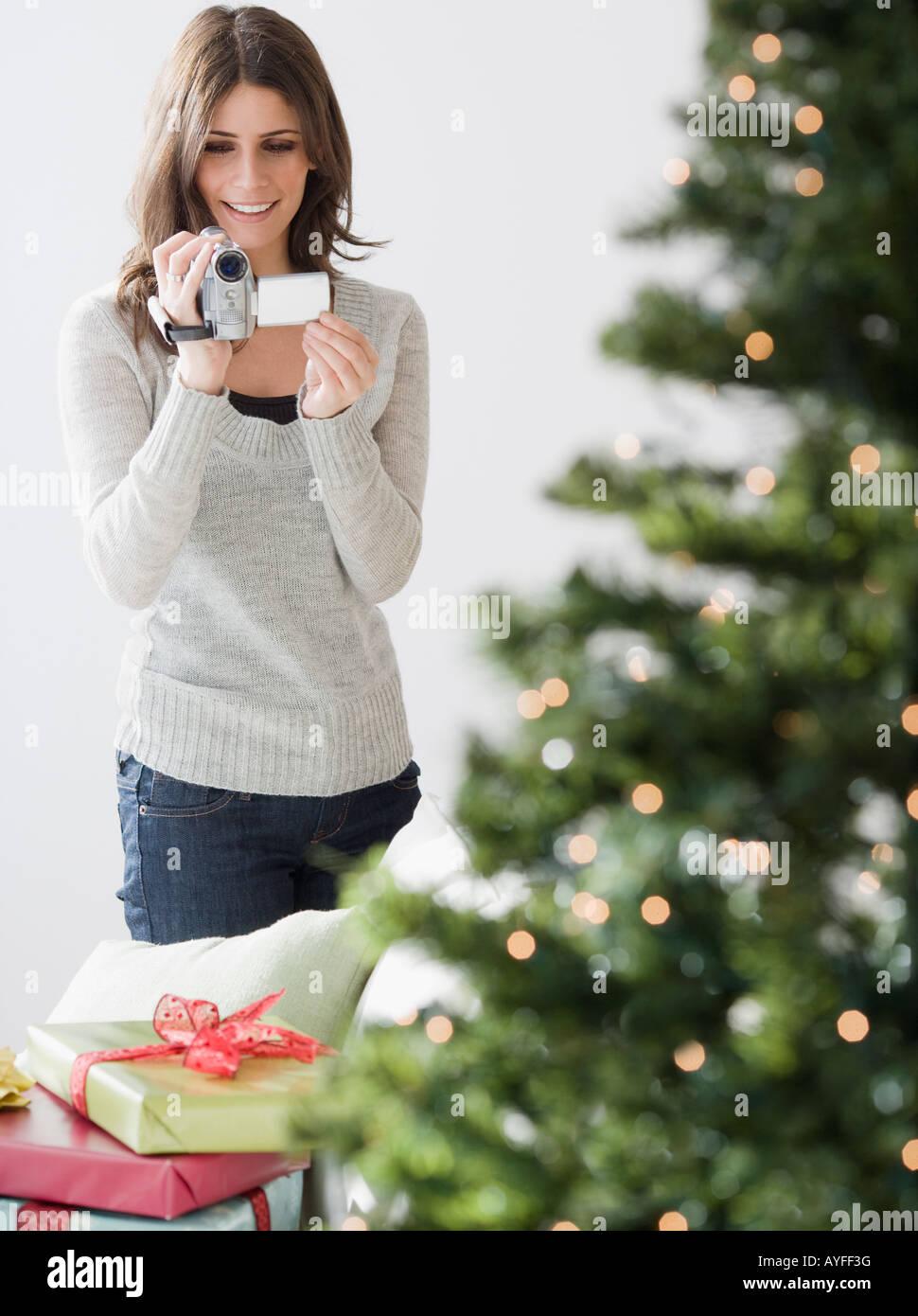 Donna video registrazione albero di Natale Immagini Stock
