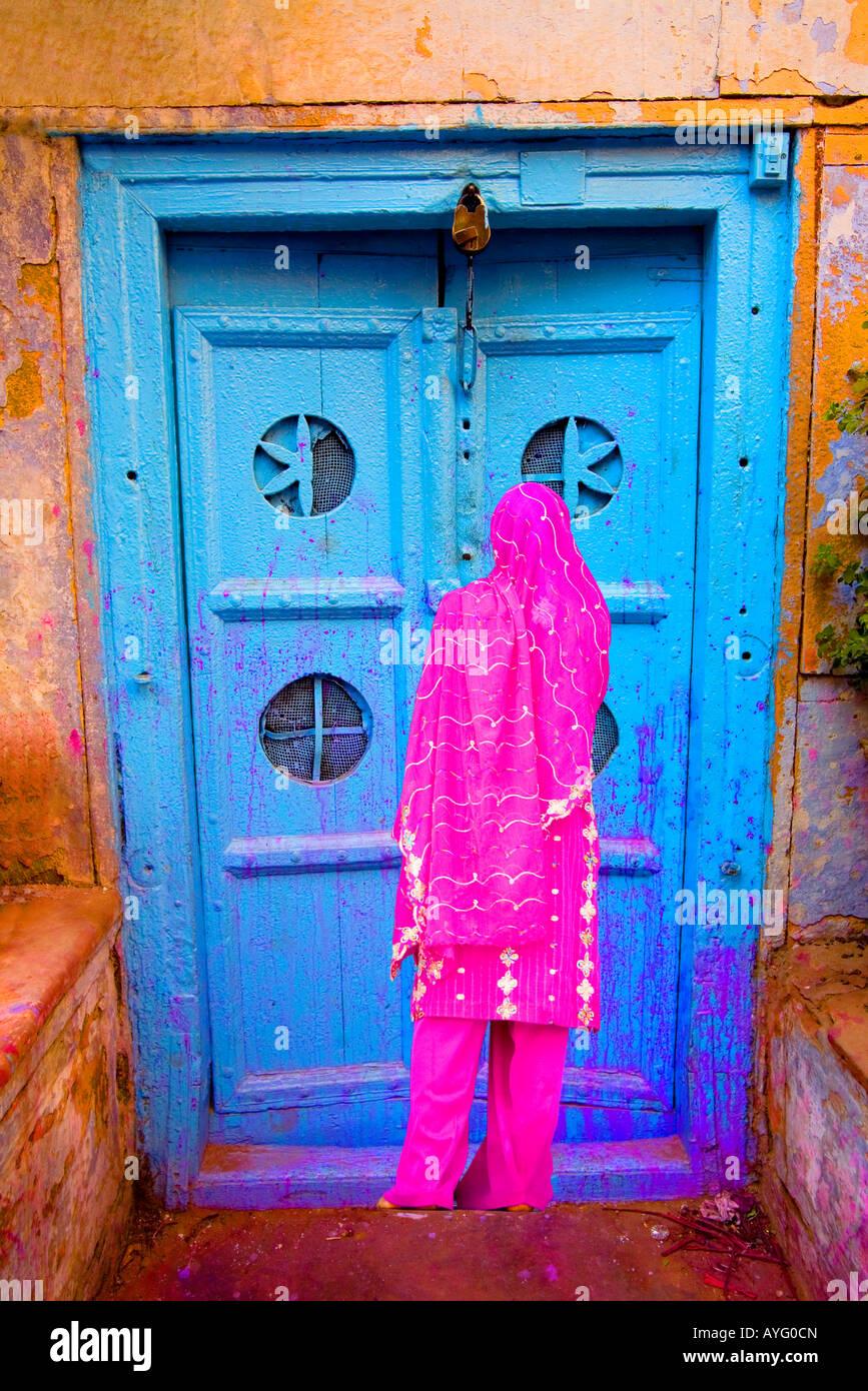 La donna nella Vecchia Delhi da un colorato porta, India Foto Stock