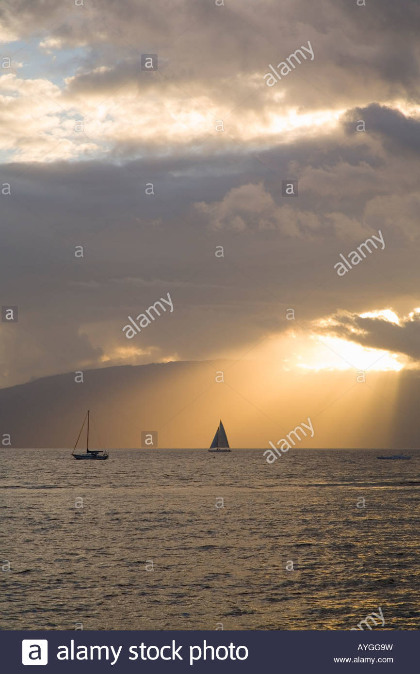 Tramonto dietro l'isola di Lanai presi da Lahaina sull'isola di Maui nello stato delle Hawaii USA Immagini Stock