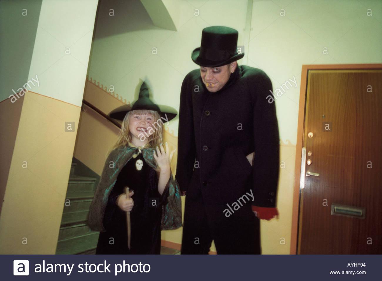 Un uomo in un costume da vampiro e una ragazza in un costume da strega Immagini Stock