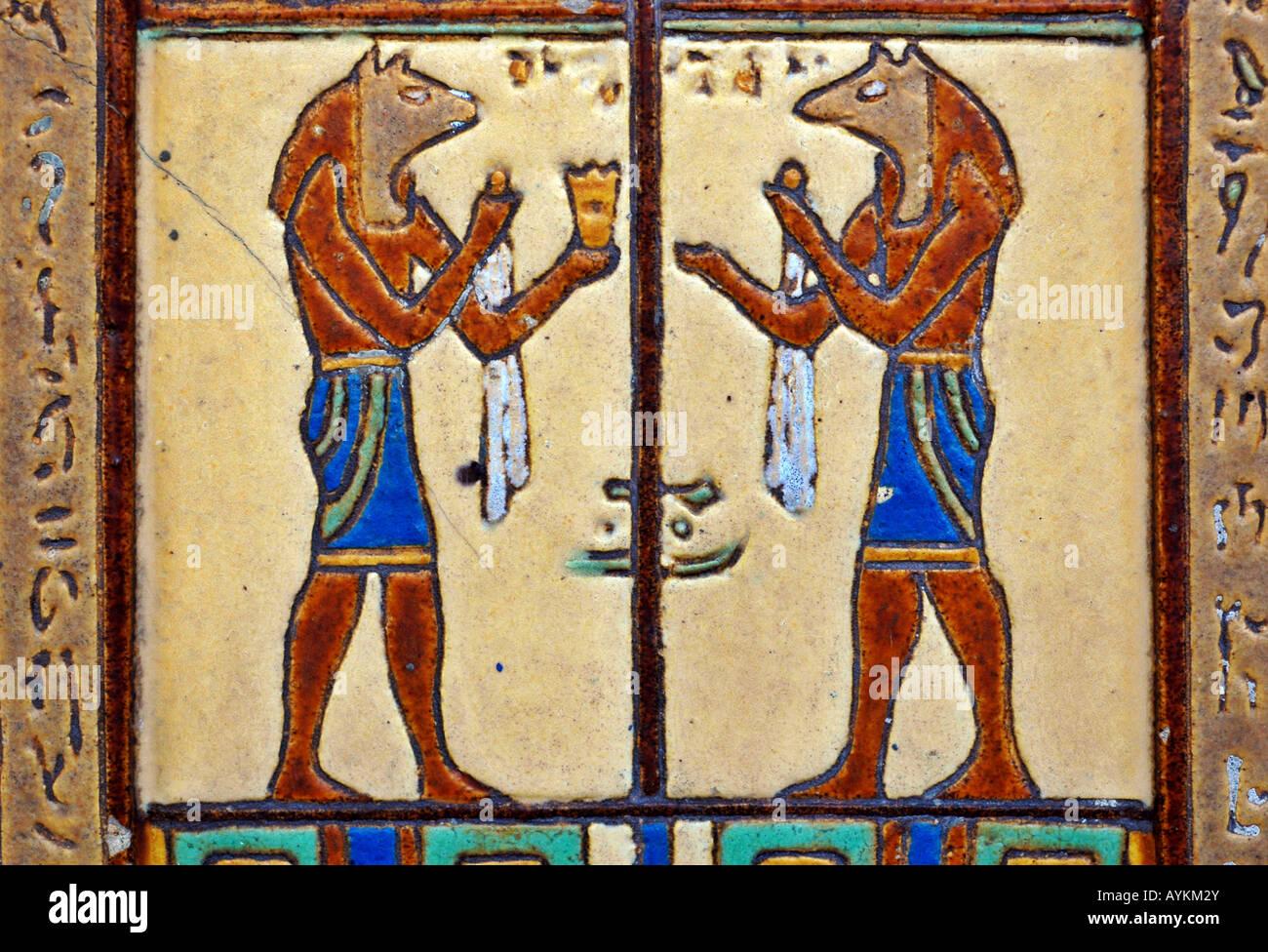 Piastrelle fatte a mano raffigurante il dio egizio anibus su una
