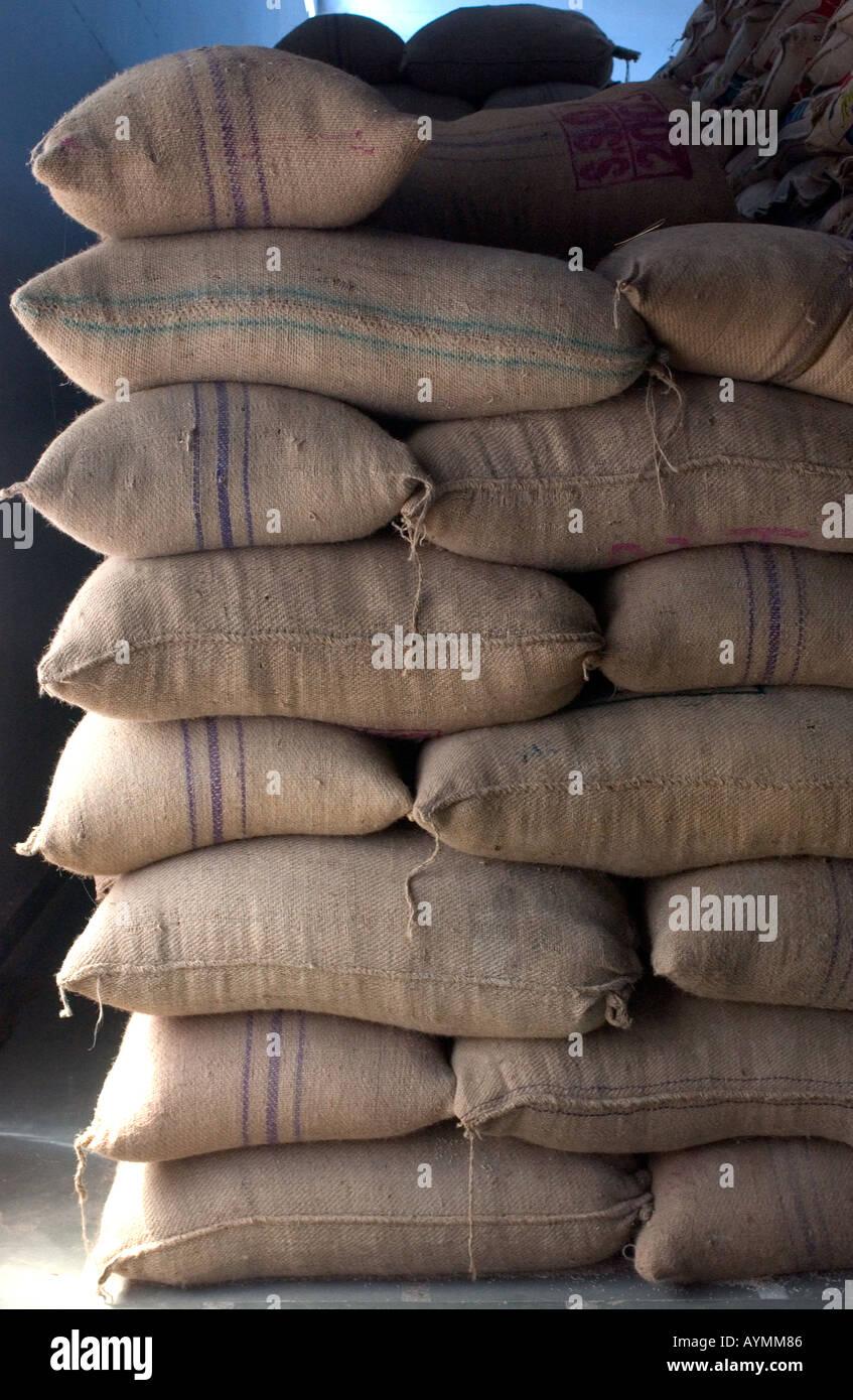 Sacchi di riso impilati in una pila in un riso impianto di lavorazione Immagini Stock