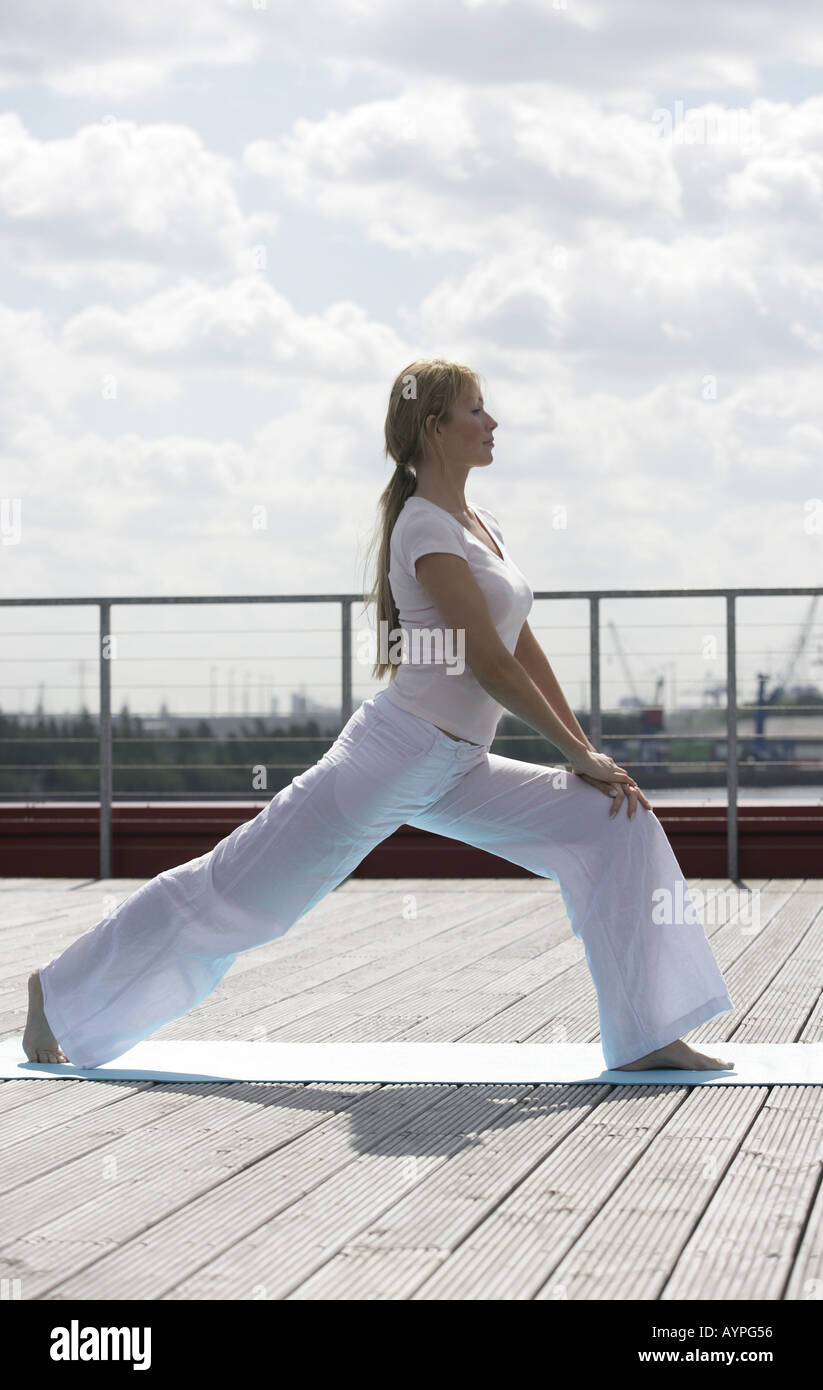 Una donna bionda esercizio Foto Stock