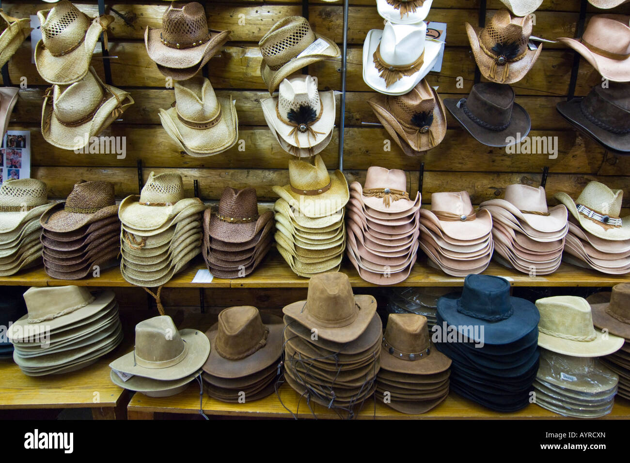 Cowboy Hats In Store In Immagini   Cowboy Hats In Store In Fotos ... 06d297e39d7c