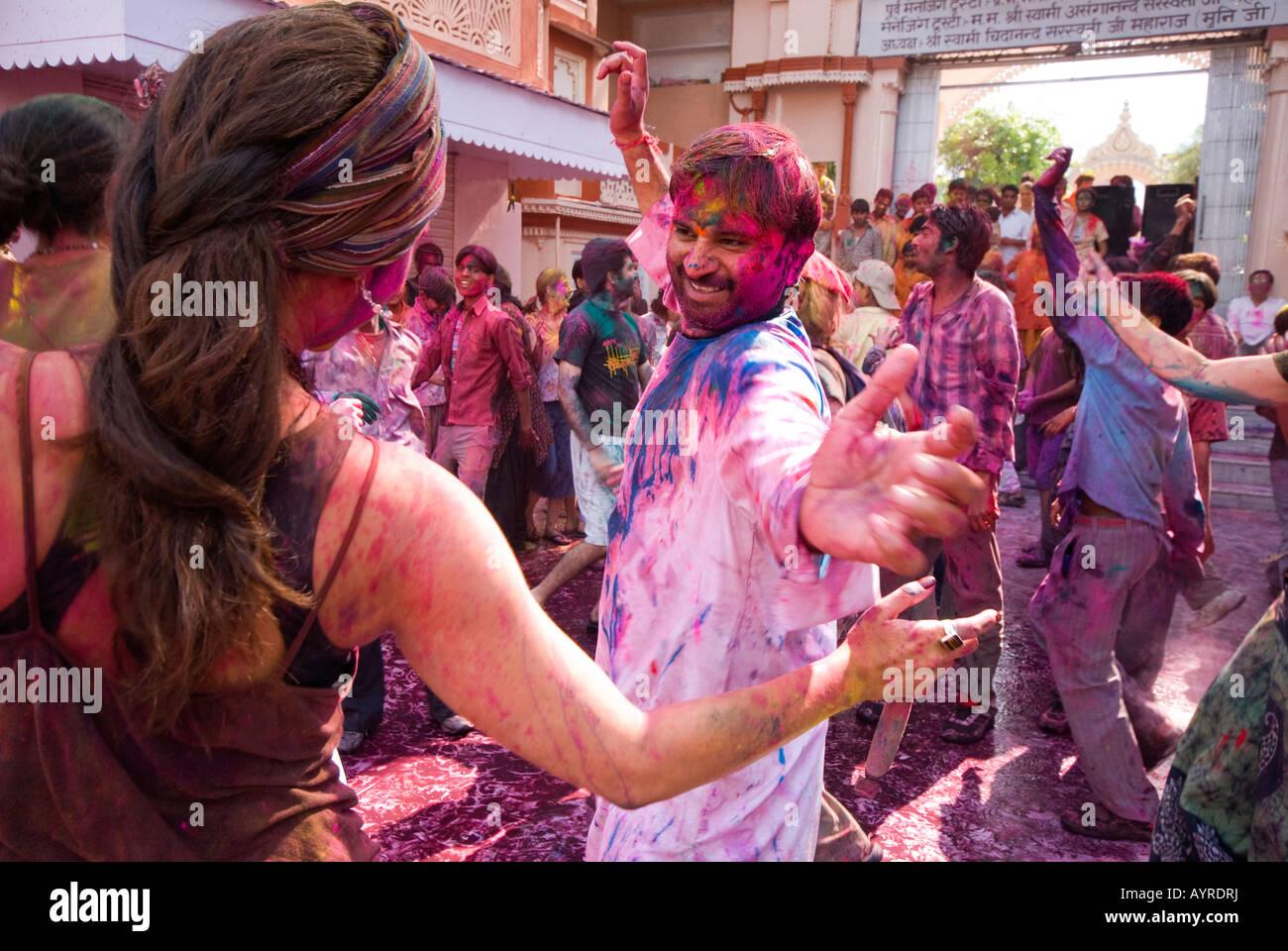 La gente celebra il Holi festival indù a Rishikesh in India Immagini Stock