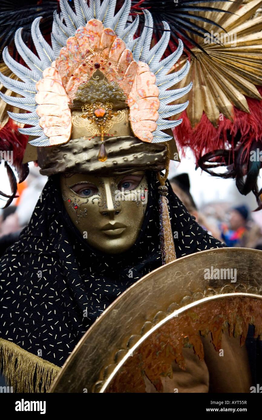 Costume di guerriero, maschera e scudo, il Carnevale di Venezia il Carnevale di Venezia, Italia Immagini Stock