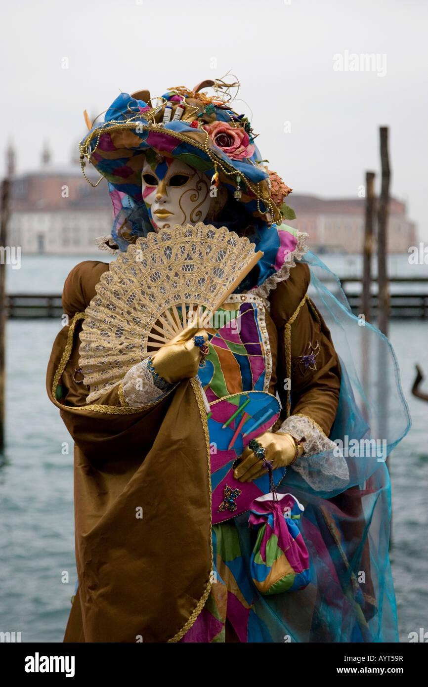 Colorato costume marrone, maschera e ventola, il Carnevale di Venezia il Carnevale di Venezia, Italia Immagini Stock