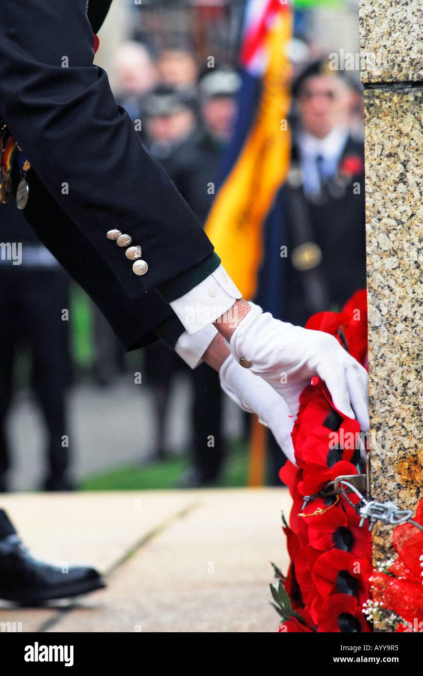 Unidentified veterani immissione immissione di papavero corona sul cenotafio durante il giorno del ricordo service Immagini Stock