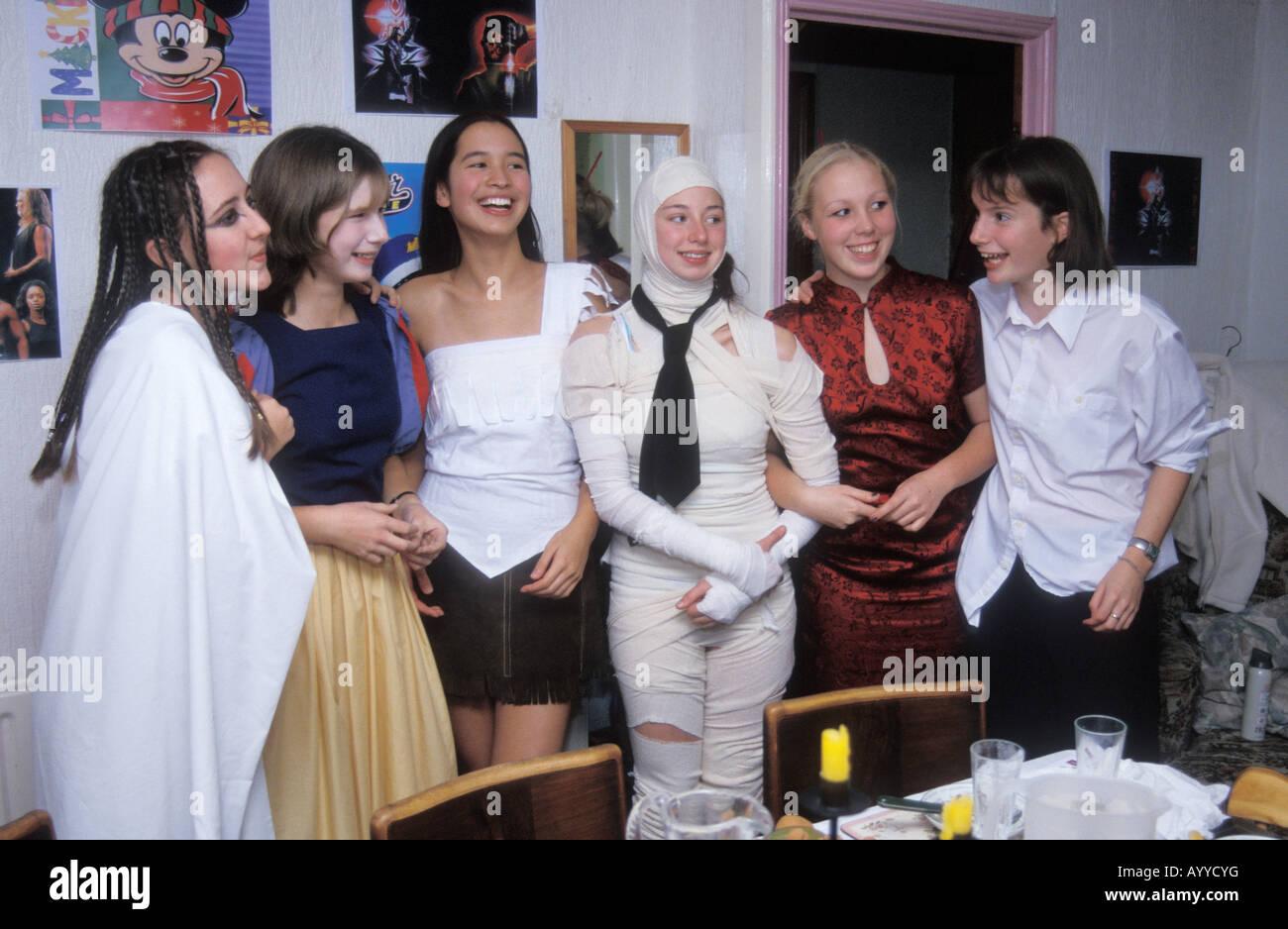 Un gruppo di ragazze adolescenti a festa in costume Foto   Immagine ... d2d125a4144